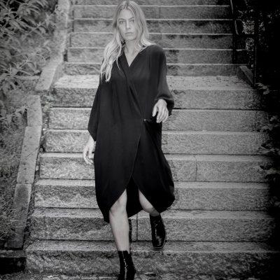 svart sidenklänning