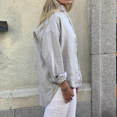ljusgrå linneskjorta dam