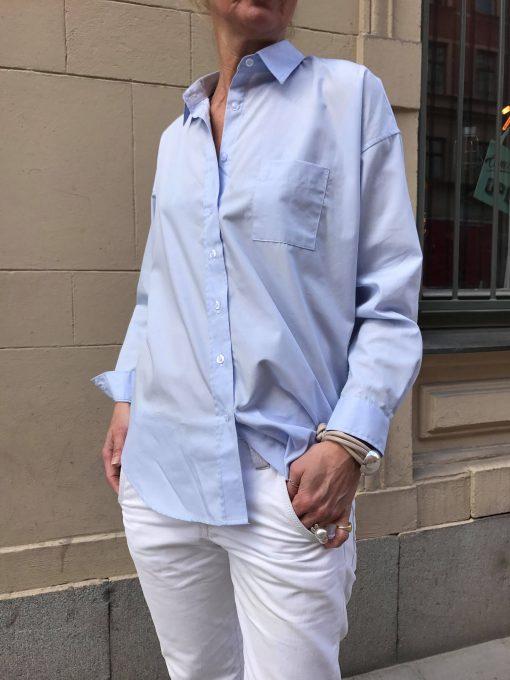 ljusblå bomullskjorta
