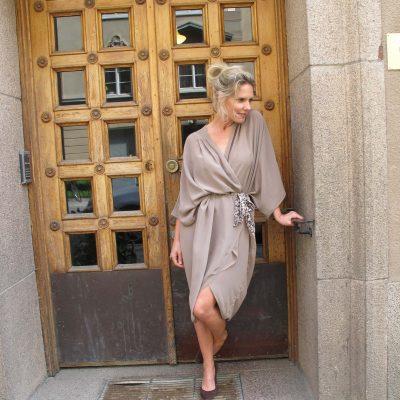 sidenklänning beige