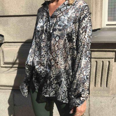 snake mönstrad sidenskjorta