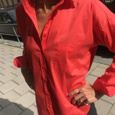 röd bomullsskjorta