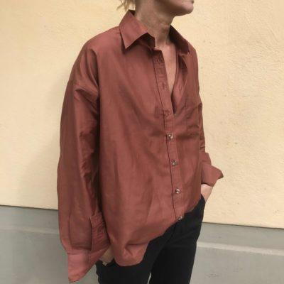 rostbrun sidenskjorta