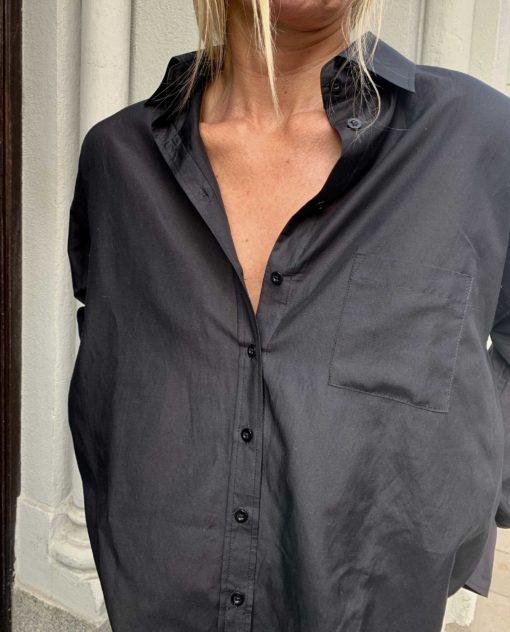 svart sidenskjorta