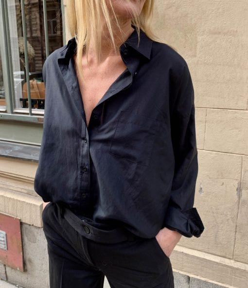 mörkblå bomullskjorta