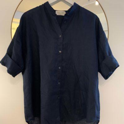 mörkblå linneskjorta
