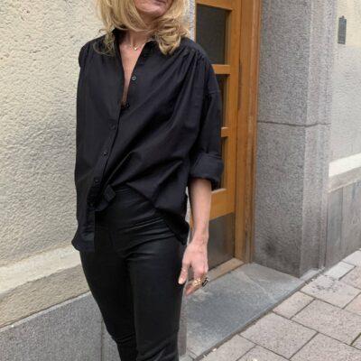 svart sidenskjorta med feminina detaljer Lily