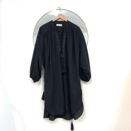 svart broderad klänning