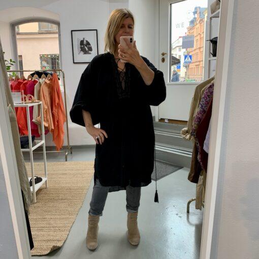 svart bohemisk klänning