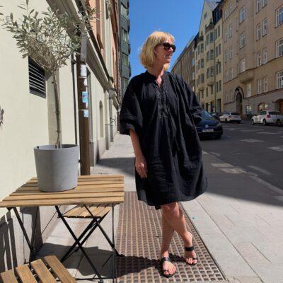 svart klänning med snygga broderade detaljer