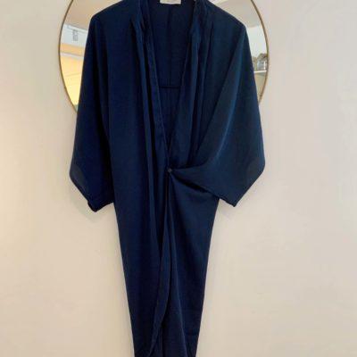 midnattsblå omlottklänning i siden