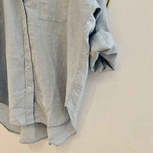 ljusblå linneskjorta detalj