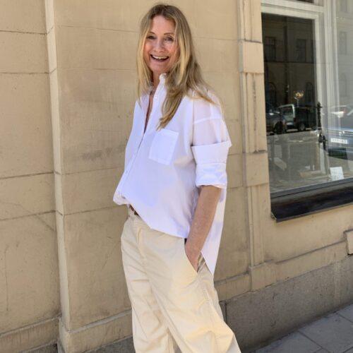 klassiska vita skjortan kan varieras på många olika sätt