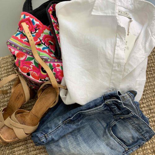 vit linneskjorta ihop med slitna jeans , en klassiker