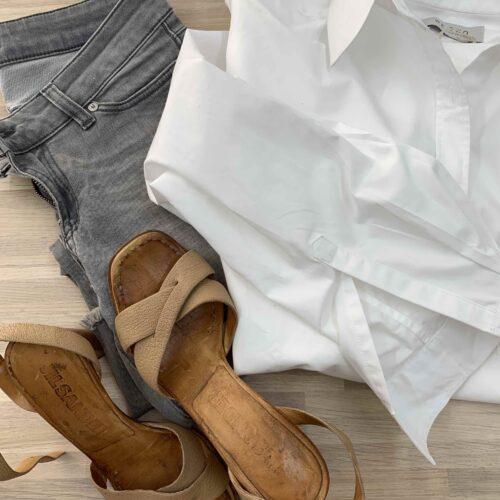 snygg kombination med vit bomullskjorta ihop med gråa jeans