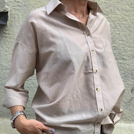 vacker puderfärgad sidenskjorta