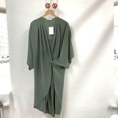 grön omlottklänning i siden