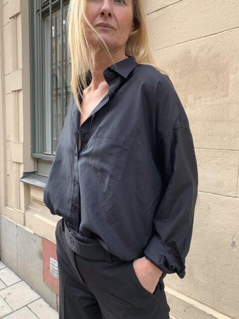 sidenskjorta i svart