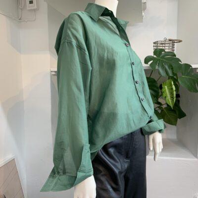 grön sidenskjorta