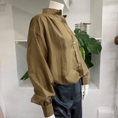 snygg olivfärgad sidenskjorta med feminina detaljer