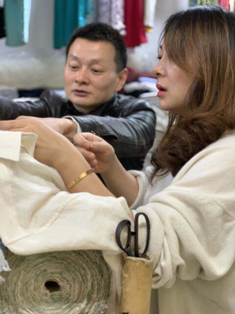 Lily, vår kontaktperson i Shanghai tillsammans med skräddaren David