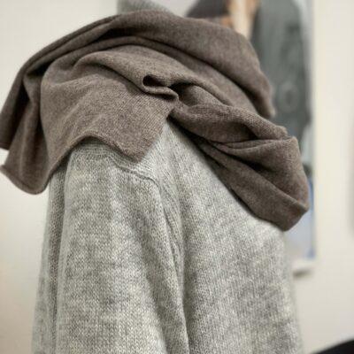 ljusbrun stickad sjal