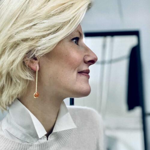 katarina althin bär handgjorda örhängen frrån we two stockholm