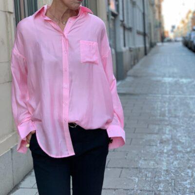 rosa skjorta i siden
