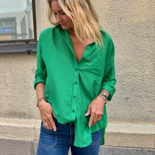 knallgrön sidenskjorta