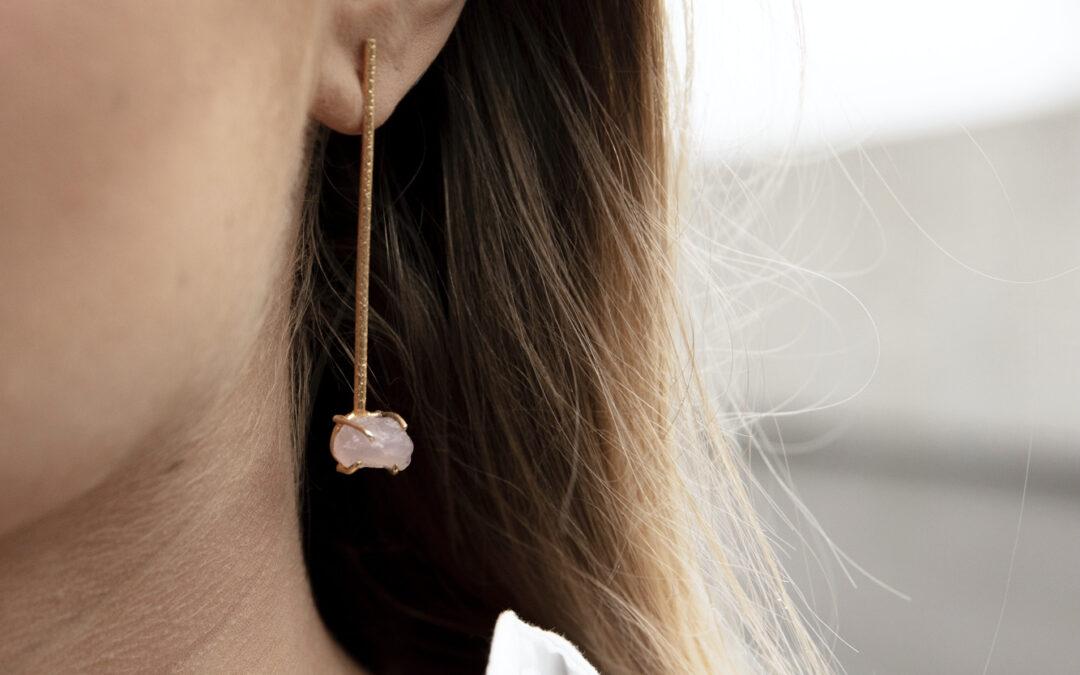 coolt handgjort örhänge med rosen quartz sten