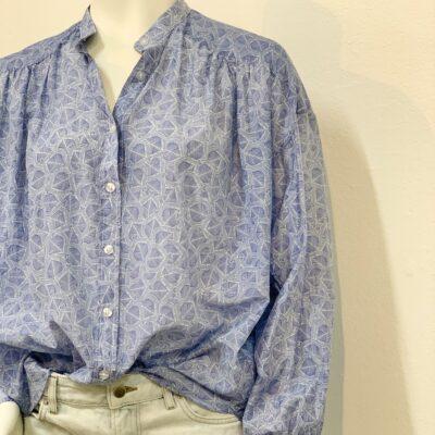 blåmönstrad skjorta-blus i sidenblandning