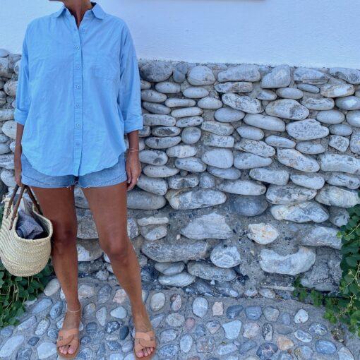 bomullskjorta i ljusblått