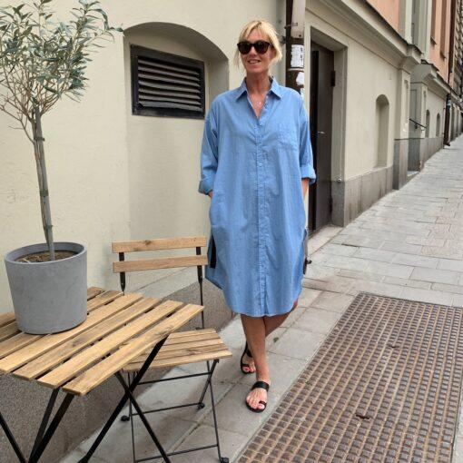 mellanblå skjortklänning i bomulls-voile