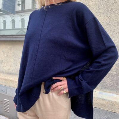 rundhalsad stickad tröja med höga slitsar i sidorna