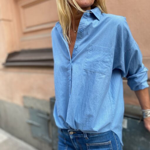 mellanblå skjorta i bomull